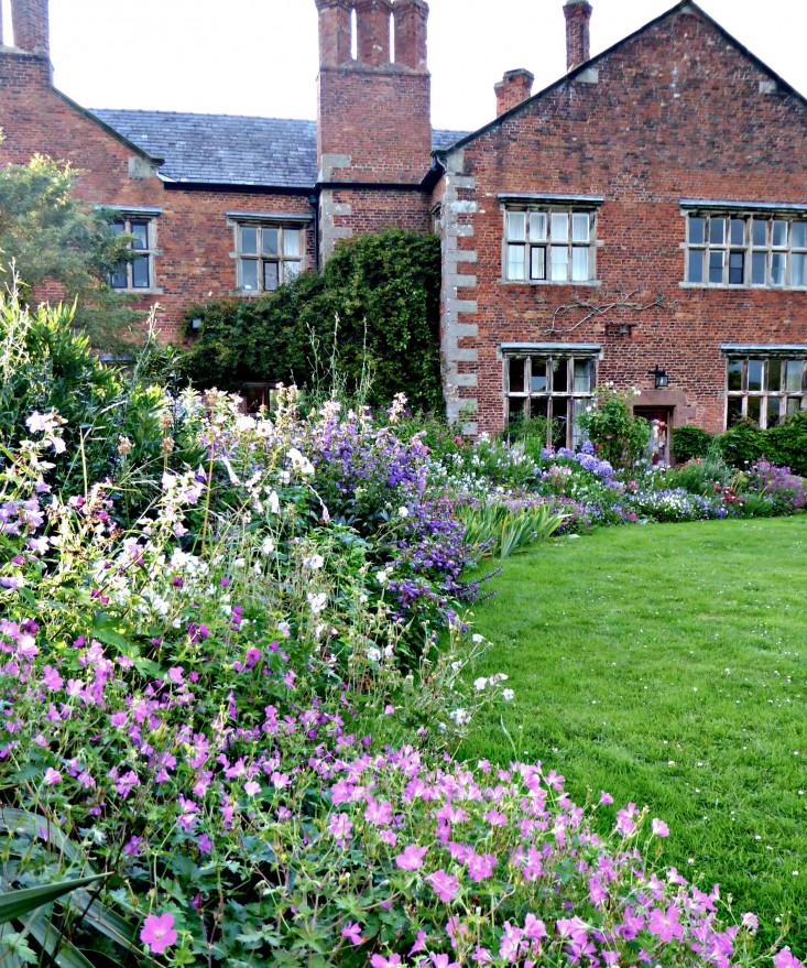 cottage garden photograph by clare coulson for gardenista. for more, see garden visit: WFUCECP